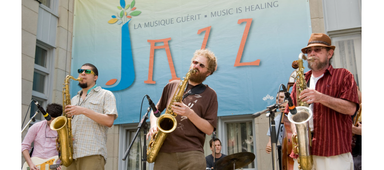 Bryan Highbloom (right), JGH Music Therapist and organizer of the JGH Jazz Festival, joined visiting musicians in entertaining audiences during the 15th annual series of concerts in mid-June. Jazz, rock, folk, electronic, avant-garde and world music were performed by a wide array of artists, including members of JGH staff, daily for two weeks. The free concerts brightened the lunch hours of patients, staff and visitors in the picnic area at the Côte-des-Neiges entrance and, when the weather was rainy, in the main lobby.