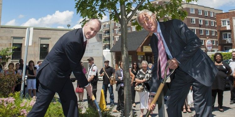 Dr. Lawrence Rosenberg (left) and Rick Dubrovsky turn the last few shovelfuls of earth in planting an oak tree at the Côte-des-Neiges entrance.