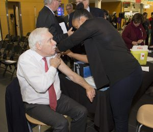 Allen Rubin, Past President of the JGH Board of Governors, gets a flu shot at the CIUSSS Public Information Meeting.
