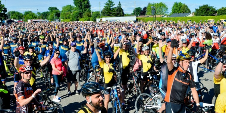 Cyclistes enthousiastes réunis en masse pour le Cyclo-défi Enbridge contre le cancer.