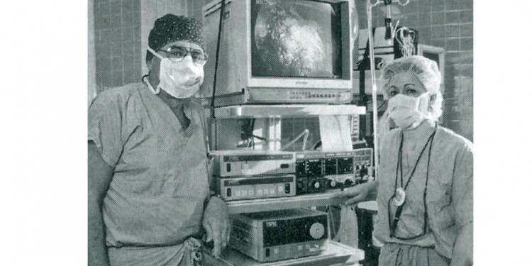 Dr. Jacob Garzon and Nurse Claire Béland in 1999 in the new operating room dedicated to minimally invasive surgery.