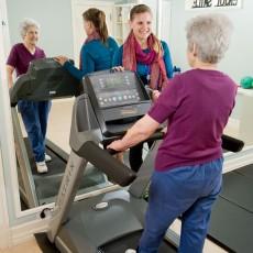 Dans le gymnase du Centre de bien-être de L'espoir, c'est la vie, la session d'exercice de Nikoletta Mallatou est supervisée par Lisa Mastroianni, physiologiste de l'exercice.