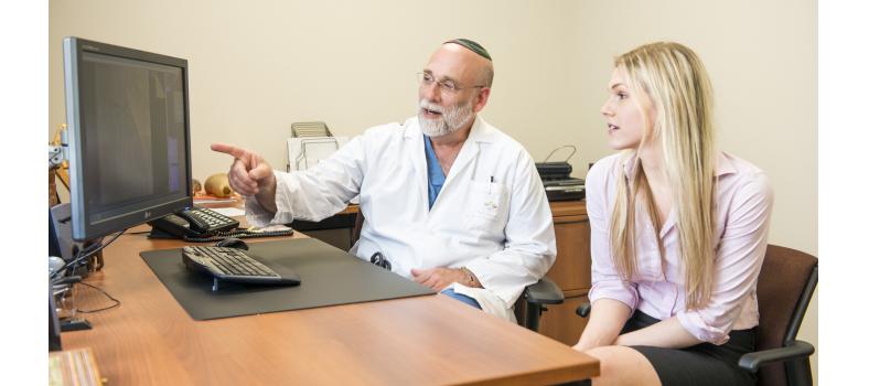 Le Dr Mark Eisenberg et son adjointe à la recherche Carolyn Franck ont collaboré à une analyse systématique des recherches existantes sur l'innocuité et l'efficacité des cigarettes électroniques.