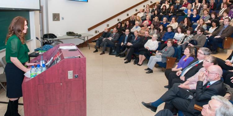 Clara Hughes prend la parole devant une salle comble, dans l'amphithéâtre Block.
