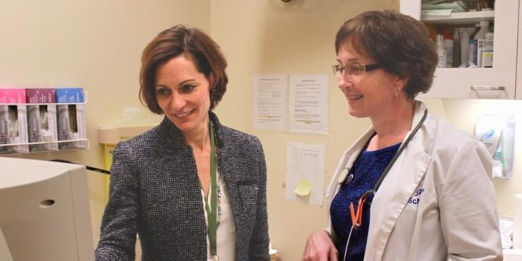 La Dre Stephanie Klam (à gauche) et l'infirmière clinicienne Linda Joyce examinent les résultats de l'échographie d'une patiente.