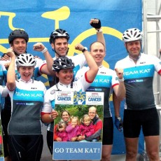 Alister Moore (extrême droite) se joint à ses amis de l'équipe Kat lors du Cyclo-défi Enbridge contre le cancer.