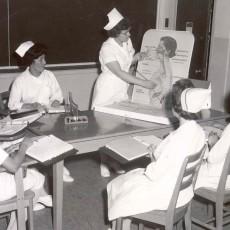 Des étudiantes en sciences infirmières dans leur classe à l'École des sciences infirmières de l'HGJ, au milieu des années 1960.