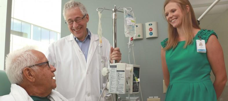 Au cours de ses traitements de chimiothérapie au Centre du cancer Segal avant l'arrivée de COVID-19, Paul Grégoire s'entretient avec le Dr Gerald Batist, le directeur du Centre, et Erin Cook, qui est maintenant la codirectrice (exploitation) et coordonnatrice clinique administrative.