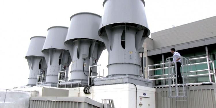 Avi Fhima, chargé de projet aux Service techniques de l'HGJ, inspecte un système de récupération de la chaleur sur le toit de l'Institut Lady Davis. Ce système permet à l'Hôpital de récupérer une bonne partie de la chaleur et de la vapeur d'eau qui s'échapperaient autrement dans l'atmosphère. On réutilise ces éléments pour accroître l'efficacité énergétique et réduire les dépenses.