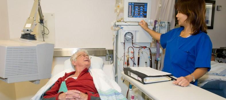 Un patient reçoit des traitements d'hémodialyse dans une unité de l'HGJ, qui sera relocalisée et modernisée grâce au soutien de donateurs privés.