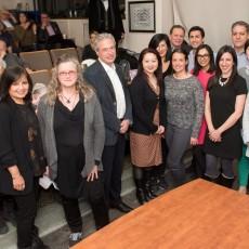 Le Dr Walter Gotlieb (troisième à partir de la gauche) en compagnie de participants de plusieurs disciplines à une conférence publique sur l'expérience des patients.