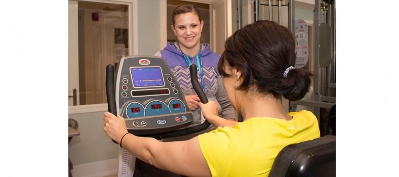 Dans la salle de gymnastique du Centre de bien-être de L'espoir, c'est la vie HGJ, la physiologiste de l'exercice, Lisa Mastroianni, guide l'une des participantes assidues durant sa séance d'entraînement.