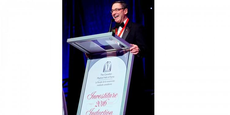 Le Dr Mark Wainberg est intronisé au Temple de la renommée médicale canadienne.