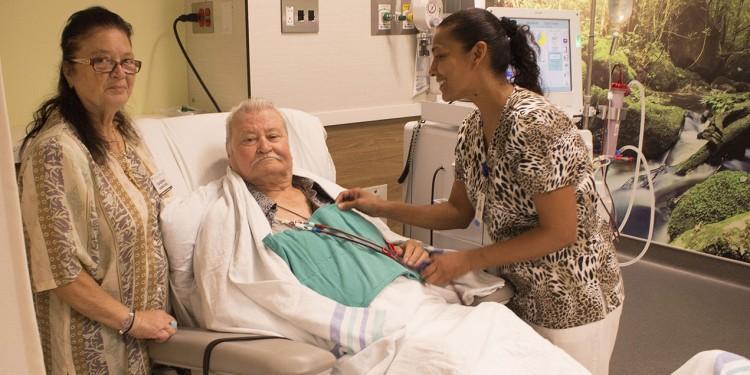 Dans le nouveau Centre de néphrologie Sandra et Steven Mintz, Steve Kakavas reçoit un traitement de l'infirmière Vashti Kissoon (à droite), qui est aidée par Eugenia, femme de Steve et bénévole à l'HGJ.