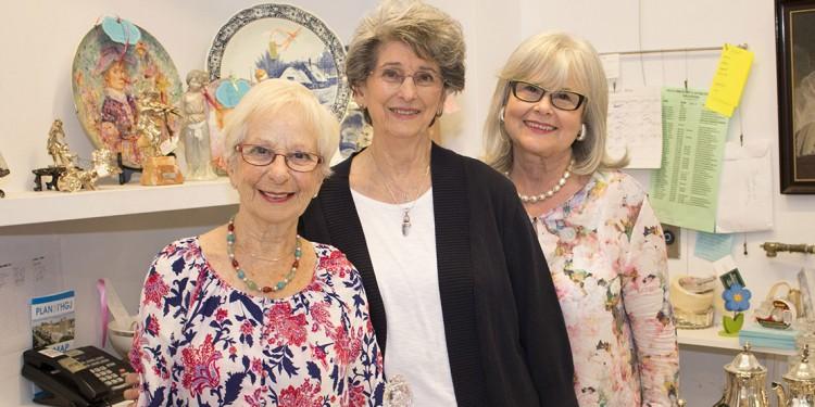 Après avoir évoqué les événements qu'elles avaient vécus comme Auxiliaires de l'HGJ, les trois anciennes présidentes, (de gauche à droite) Rachelle Douek, Rona Miller et Lucy Wolkove, ont visité la boutique d'art et d'antiquité des Auxiliaires.