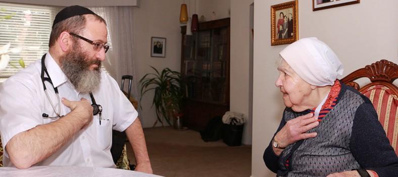 Lors d'une visite à domicile, effectuée dans le cadre du Programme clinique virtuelle, Serena Gottlieb répond aux questions du Dr Bernardo Kremer au sujet de son cœur et de sa respiration.