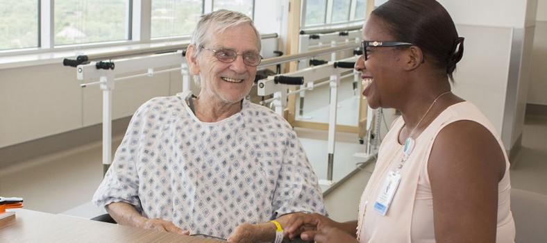 Bela Erdoskarpaty parle de son traitement avec Fabienne Germeil dans la salle de physiothérapie du Centre des accidents vasculaires cérébraux Edmond J. Safra de l'HGJ.