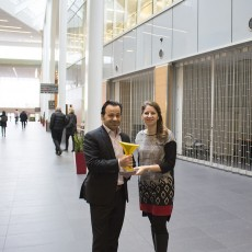 Georges Bendavid et Yaël Harroche avec le prix Projet de l'année de PMI-Montréal dans l'Agora du pavillon K.