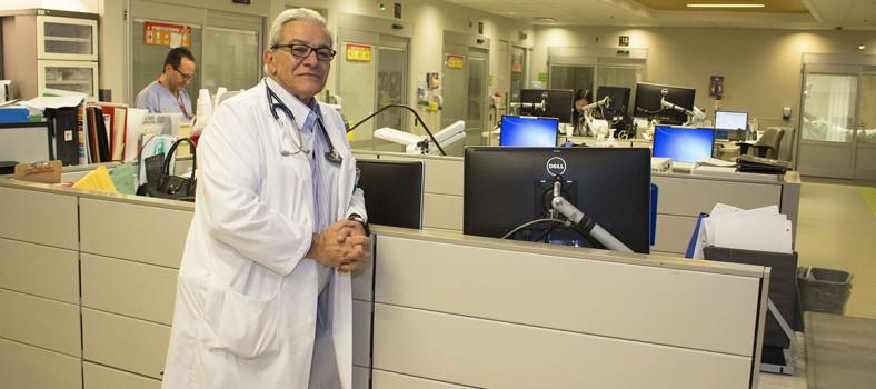 Dr Marc Afilalo dans le pod vert du Service d'urgence de l'HGJ. Les portes le long du mur donnent accès aux chambres des patients.