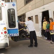 Un résident du Centre d'hébergement Henri-Bradet arrive à l'Hôpital général Juif par transport adapté.