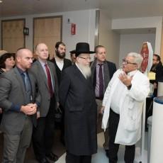Le Dr Marc Afilalo (à droite), chef du Service d'urgence à l'HGJ, parle des soins de santé avec le rabbin Rabbi Yaakov Litzman, en compagnie du Dr Lawrence Rosenberg (au centre, arborant une cravate rouge) et d'Alan Maislin (à gauche).