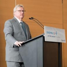 Lors d'une conférence de presse à l'HGJ, Gaétan Barrette annonce l'injection de fonds supplémentaires pour les salles d'opération.