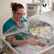 L'infirmière Joanne Daigle prodigue des soins à un nouveau-né prématuré à l'Unité des soins intensifs néonatals.