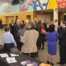 Avant l'Assemblée publique d'information du CIUSSS du Centre Ouest-de-l'Île-de-Montréal inaugurale, les membres du public se mêlent aux gestionnaires et au personnel du réseau des soins de santé, au Carrefour Lea Polansky du pavillon K.