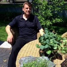 Christopher Wrobel se détend dans l'oasis de verdure qu'il aime tellement.