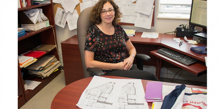 La Dre Susan Kahn examine les plans de l'aire en cours de rénovation qui accueillera le Centre d'excellence en thrombose et anticoagulation.