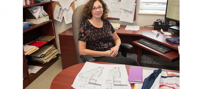 La Dre Susan Kahn examine les plans de l'aire en cours de rénovation qui accueillera le Centre d'excellence en thrombose et anticoagulation.