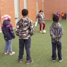 Sur le terrain de jeu du Centre de développement de l'enfance et de la santé mentale, l'enseignante Esther Watts et ses étudiants font de l'exercice.