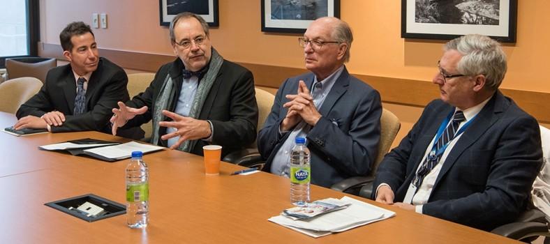 Les participants à la conférence de presse sur la recherche sur la maladie d'Alzheimer : (de gauche à droite) Anthony Housefather, député de Mont-Royal, le Dr Yves Joanette, directeur scientifique de l'Institut du vieillissement des Instituts de recherche en santé du Canada (IRSC), Alan Maislin, président du Conseil d'administration du CIUSSS du Centre-Ouest-de-l'Île-de-Montréal, le Dr Yves Joanette, et le Dr Howard Chertkow, chercheur principal à l'Institut Lady Davis (ILD).