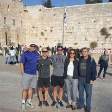 Au cours d'un voyage en Israël, pour rencontrer d'anciens confrères boursiers, spécialistes en oncologie chirurgicale de la tête et du cou, le Dr Alex Mlynarek (à gauche), le Dr Michael Hier (deuxième à droite) et le Dr Richard Payne (au centre), tous de l'HGJ, se sont rendu au Mur des Lamentations, à Jérusalem en compagnie de la Dre Limor Muallem-Kalmovitch, une autre ancienne collègue, et de son mari, le Dr Boaz Kalmovitch, un chirurgien traumatologue.