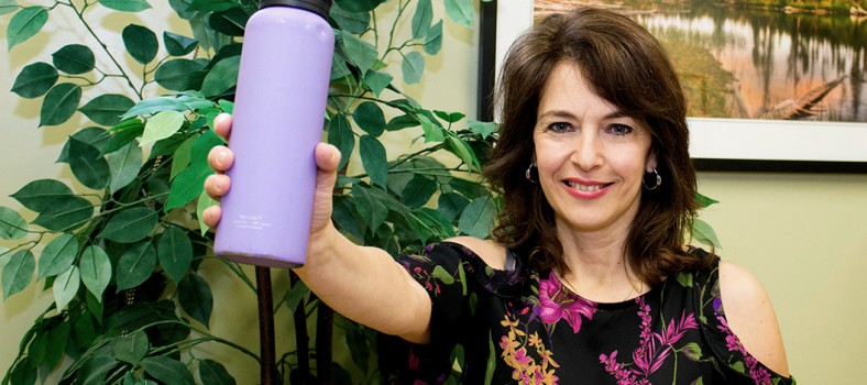Patricia Urrico porte un toast avec une bouteille d'eau pour souligner l'importance de rester hydraté en hiver.