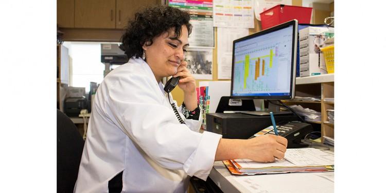 Au Centre du cancer Segal, l'infirmière clinicienne Erika Martinez parle avec un patient qui a téléphoné à la ligne Info-Onco.