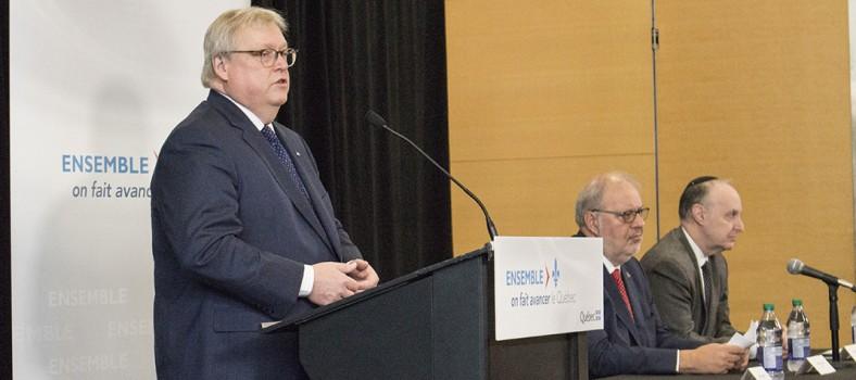 Dr Gaétan Barrette (gauche) avec Pierre Arcand (centre) et Dr Lawrence Rosenberg à la conférence de presse de l'HGJ annonçant l'important appui financier du gouvernement pour les rénovations de l'Hôpital.