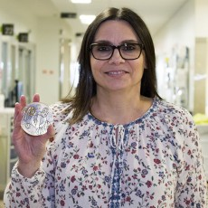 Toula Trihas, Diagnostic and Therapeutic Coordinator for the Multidisciplinary Services Directorate, with her 2017 Quebec Interprofessional Council Merit Award.