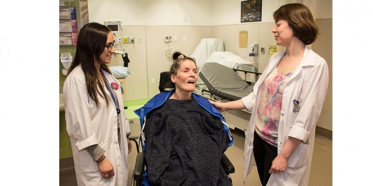 Avant d'obtenir son congé de l'Hôpital de médecine de jour de l'HGJ, Helen reçoit des conseils et des mots d'encouragement de la part de Kathryn Baldwin (à droite), infirmière en planification de congé d'hôpital, et de Vanessa Fedida, ergothérapeute.