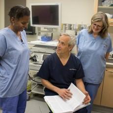 Le Dr Gad Friedman traite de questions de gastroentérologie avec Mildred Clément (à gauche) et Joanne Scullion, infirmières en endoscopie.