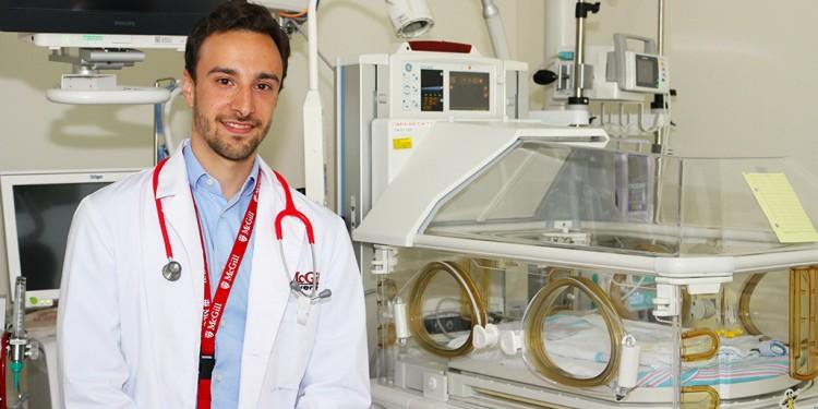 Angelo Rizzolo, un étudiant en médecine à l'université McGill, est né prématurément à l'HGJ et a reçu des soins au sein de l'Unité des soins intensifs néonatals de l'Hôpital.