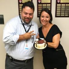 Erica Feininger a apprêté un gâteau garni d'une tique en pâte d'amande pour remercier le Dr Marty Teltscher, de l'HGJ, d'avoir soigné la maladie de Lyme dont elle était atteinte.