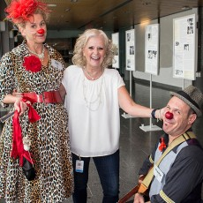 Nancy Rubin, directrice de l'Organisation des auxiliaires de l'HGJ, en compagnie des membres de la troupe Dr Clown, Zoé (Michèle Sirois) et Frankie (Jean-François Leblanc). L'Organisation des bénévoles recueille les fonds qui permettent aux patients et aux membres du personnel de profiter chaque semaine de l'humour thérapeutique de ces comédiens.