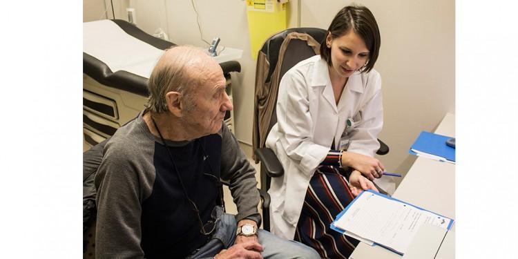 À l'accueil clinique, Melanie Zwetkow, conseillère en Soins infirmiers, rencontre Joseph Gluchy pour lui faire part des résultats de ses tests médicaux.