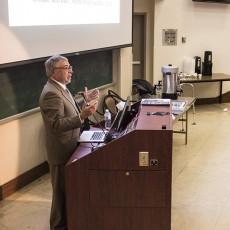 Le Dr Nir Barzilai prononce une allocution lors de la Conférence Goldie Raymer Memorial, dans l'amphithéâtre Block.