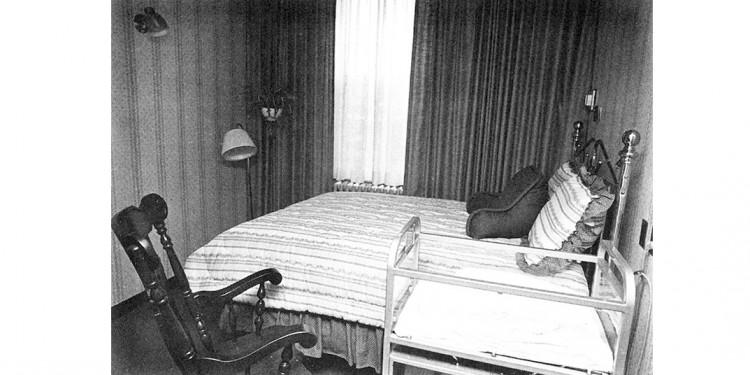 La première chambre de naissance de l'HGJ comportait un lit à deux places confortable, une chaise berçante et un lit de bébé. Dans une pièce adjacente, les nouveaux parents pouvaient se détendre avec leurs visiteurs.