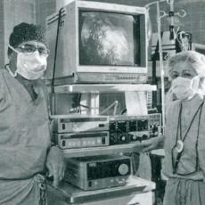 Dr Jacob Garzon et l'infirmière Claire Béland en 1999 dans la nouvelle salle d'opération, destinée spécifiquement à la réalisation de chirurgies avec effraction minimale.