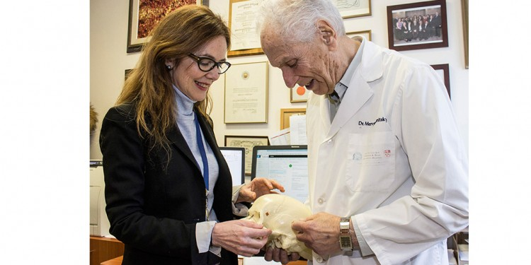 La docteure Ana Velly utilise un modèle de crâne humain pour parler de sa recherche sur la douleur dentaire avec le docteur Mervyn Gornitsky, directeur de la recherche et chef émérite du Service de dentisterie de l'HGJ, et professeur émérite à l'Université McGill.
