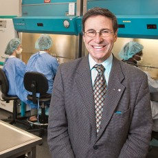 Le Dr Mark Wainberg à l'inauguration du laboratoire de bioconfinement du VIH/sida en 2007.