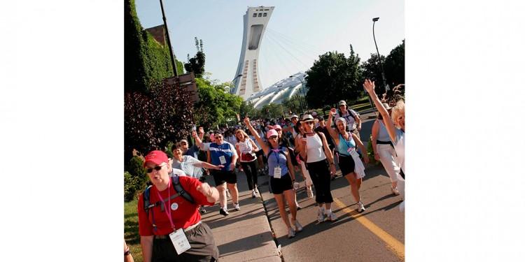 Ensemble dans la lutte contre le cancer du sein, des marcheurs déterminés quittent le Stade olympique en 2005 pour entamer leur trajet difficile, mais valorisant, de deux jours.